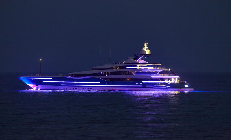Feadship-Yacht-Madame-Gu-at-night