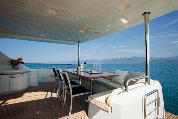 neymar-yacht-salle-manger