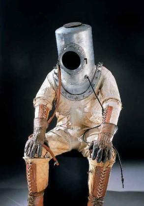 Интересно, что именно водолазный костюм стал прародителем первых скафандров
