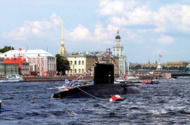 Парад судов по Неве в Санкт-Петербурге