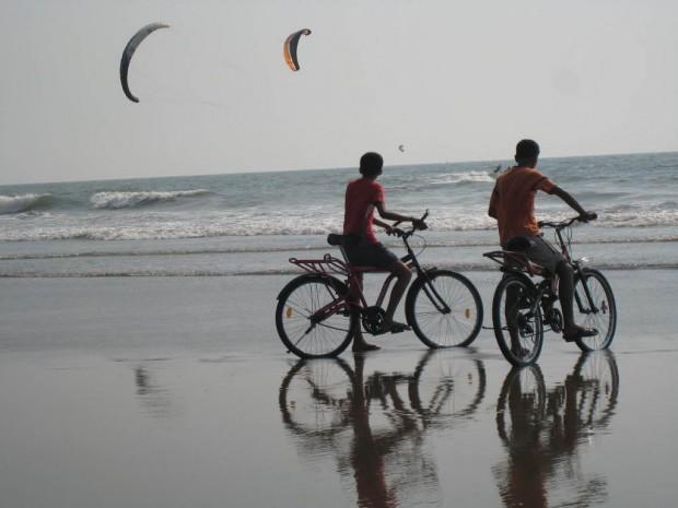 Kitesurfing-at-Morjim-Beach