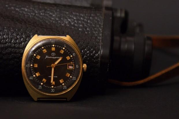 Основное отличие от гражданских часов ччз, помимо дизайна — это светящиеся в темноте метки циферблата и функция «стоп-секунда».