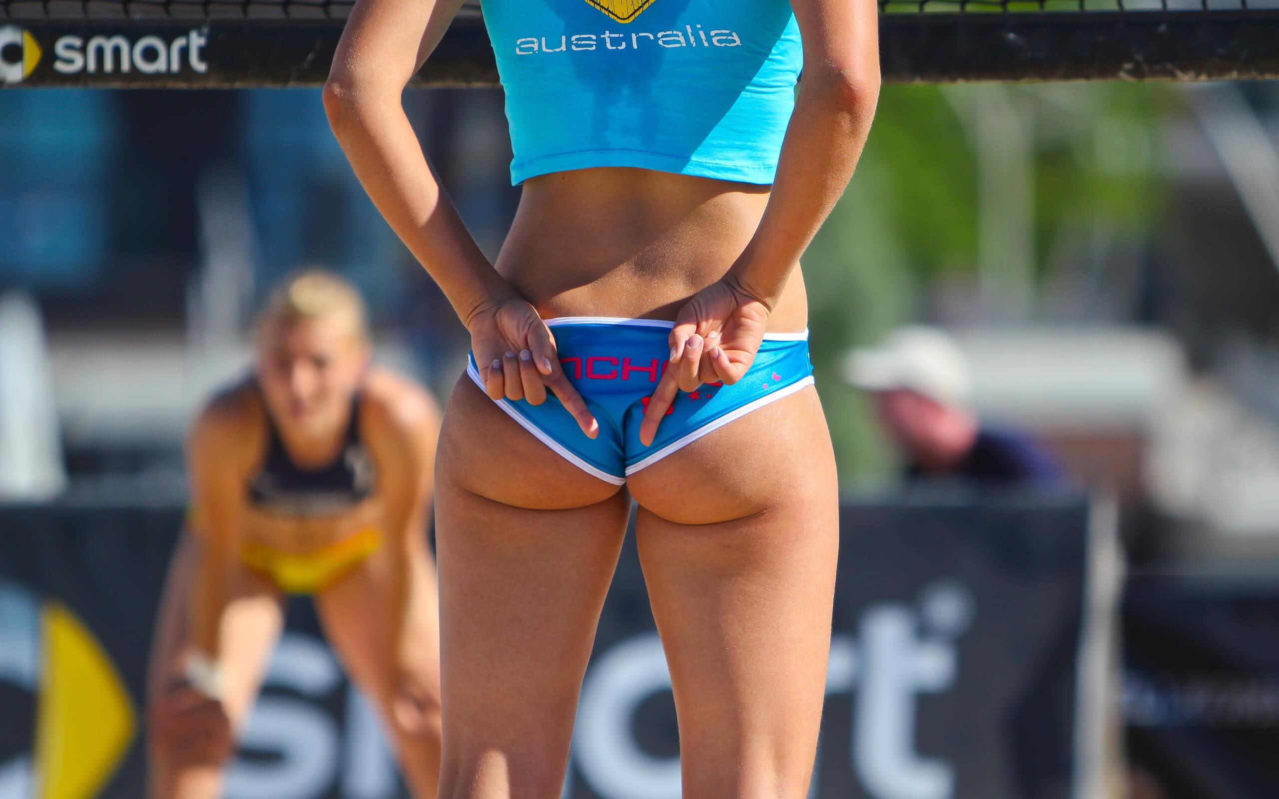 Телка на волейболе, Девчонки устроили обнаженный волейбол на пляже 25 фотография