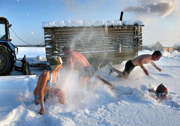 Закаливание-после-бани-в-снегу